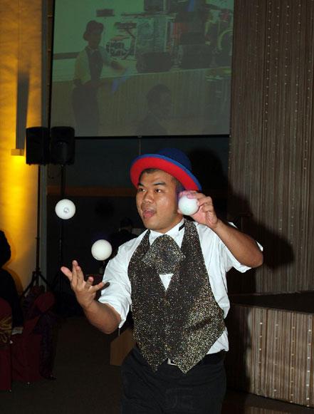 Tony: clowns stiltwalkers stiltwalker clowns stilt performers hong kong 生日會派對、小丑、扭汽球、雜耍雜技武術、舞蹈  遊戲, 小丑扭汽球、雜耍雜技
