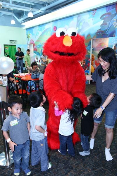 Elmo: birthday parties hong kong childrens shows magic juggling functions birthdays party hong kong 生日會派對、小丑、扭汽球、雜耍雜技, 舞蹈  遊戲, 小丑扭汽球、雜耍雜技