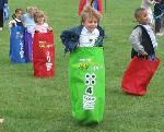 Sack Races: birthday parties hong kong childrens shows magic juggling functions birthdays party hong kong 生日會派對、小丑、扭汽球、雜耍雜技, 舞蹈  遊戲, 小丑扭汽球、雜耍雜技