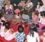 Pass The Parcel: birthday parties hong kong childrens shows magic juggling functions birthdays party hong kong 生日會派對、小丑、扭汽球、雜耍雜技, 舞蹈  遊戲, 小丑扭汽球、雜耍雜技