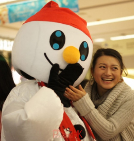 Snowman Xmas mascot laughing in SOGO shopping center with a shopper
