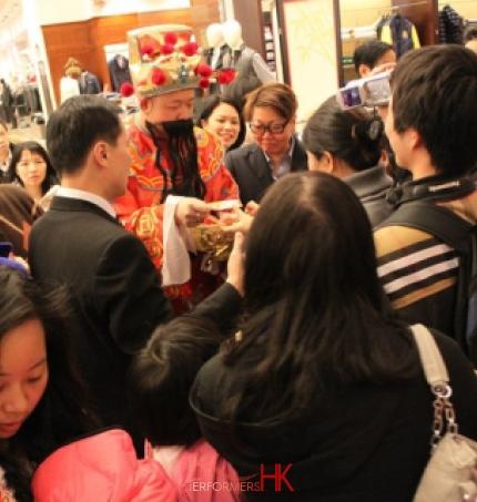 Hong Kong Choi Sun giving out Lai See at Causeway Bay Sogo