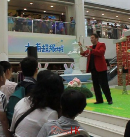 Magician performing three linking rings at a corporate event in Tai Po Mage Mall Hong Kong