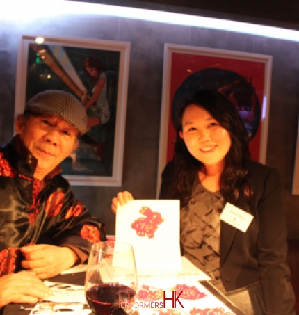The artist in Hong Kong taking picture with the guest and the rabbit  Chinese zodiac cutting at a corporate annual dinner