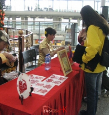 Artist in Hong Kong cutting Chinese zodiac to the guest at a corporate function