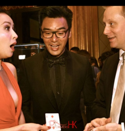 Magician amazed two Hong Kong celebrities by performing roving card magic at a corporate annual dinner