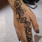 henna on hand with modern style design